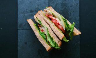 方便攜帶又營養:蜂蜜芥末燻雞三明治
