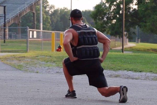 圖片截自Weighted Vest Leg Workout - Justin Woltering