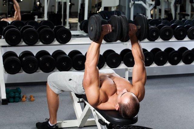 如何鍛鍊飽滿的胸肌,別錯過「啞鈴胸推」